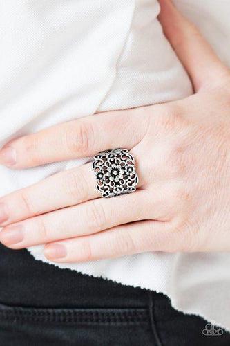 Divinely Daisy - silver - Paparazzi ring