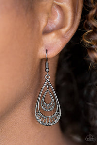 Reigned Out - black - Paparazzi earrings