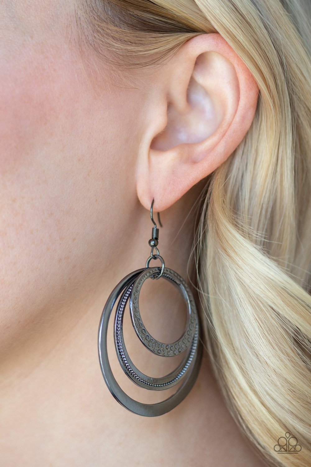 Tempting Texture - black - Paparazzi earrings