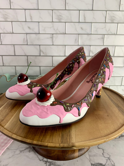 Baked and Ready Strawberry Ice Cream Heels Sz 8