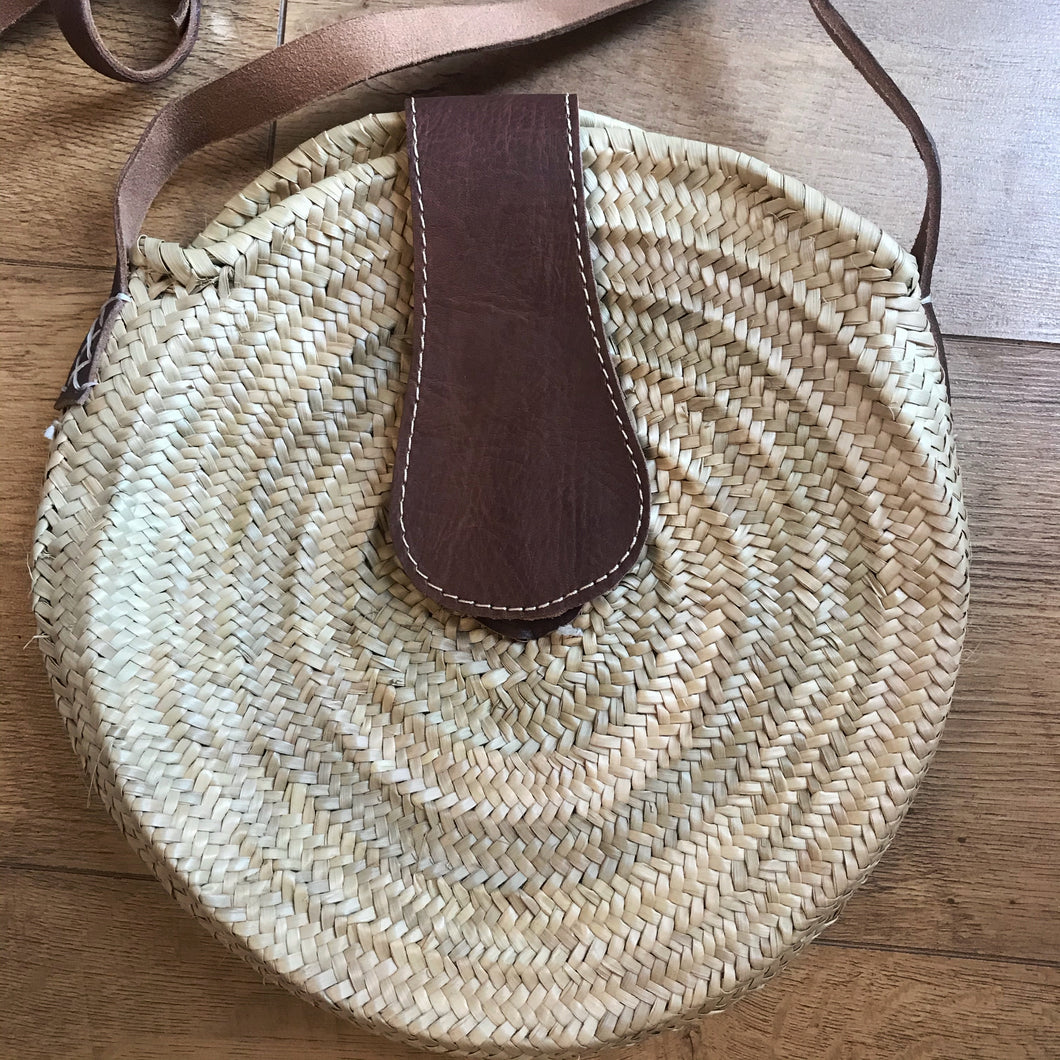 CLASSIC ROUNDIE WITH FASTENING AND STRAPS