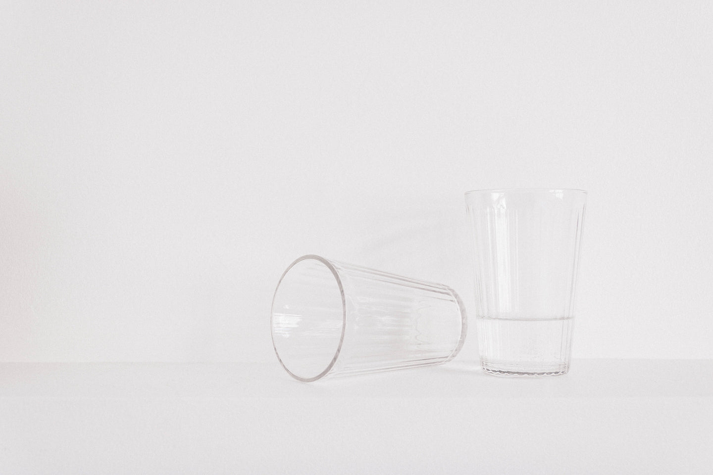 Two clear drinking glass on the table - W-Photographie