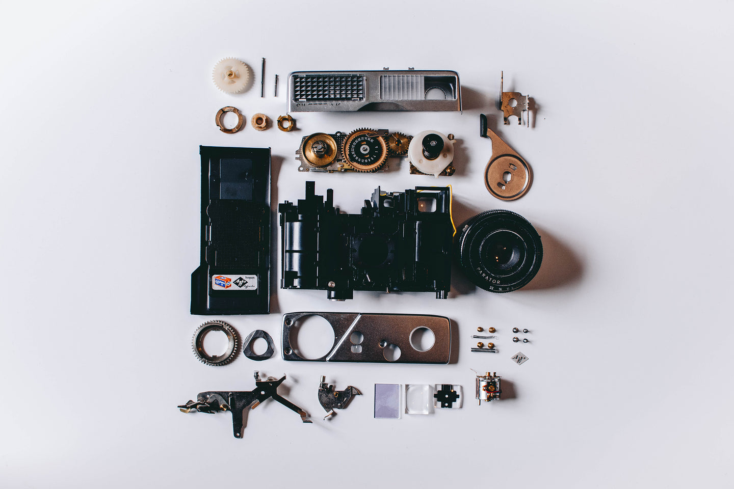 Flat lay photography of parts of camera - W-Photographie