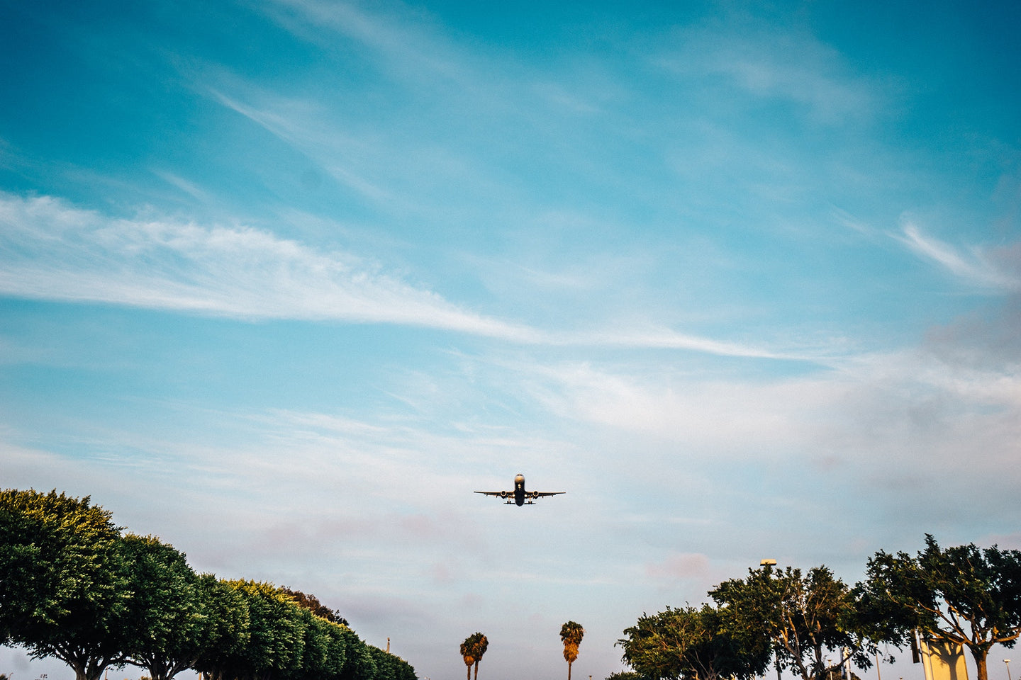 Flying airline plane landing - W-Photographie