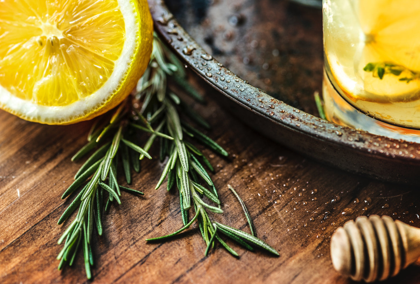 Focus photo of rosemary and lemon - W-Photographie