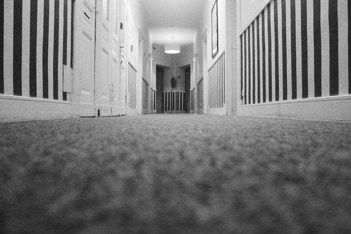 Low angle photo of hallway inside closed room - W-Photographie