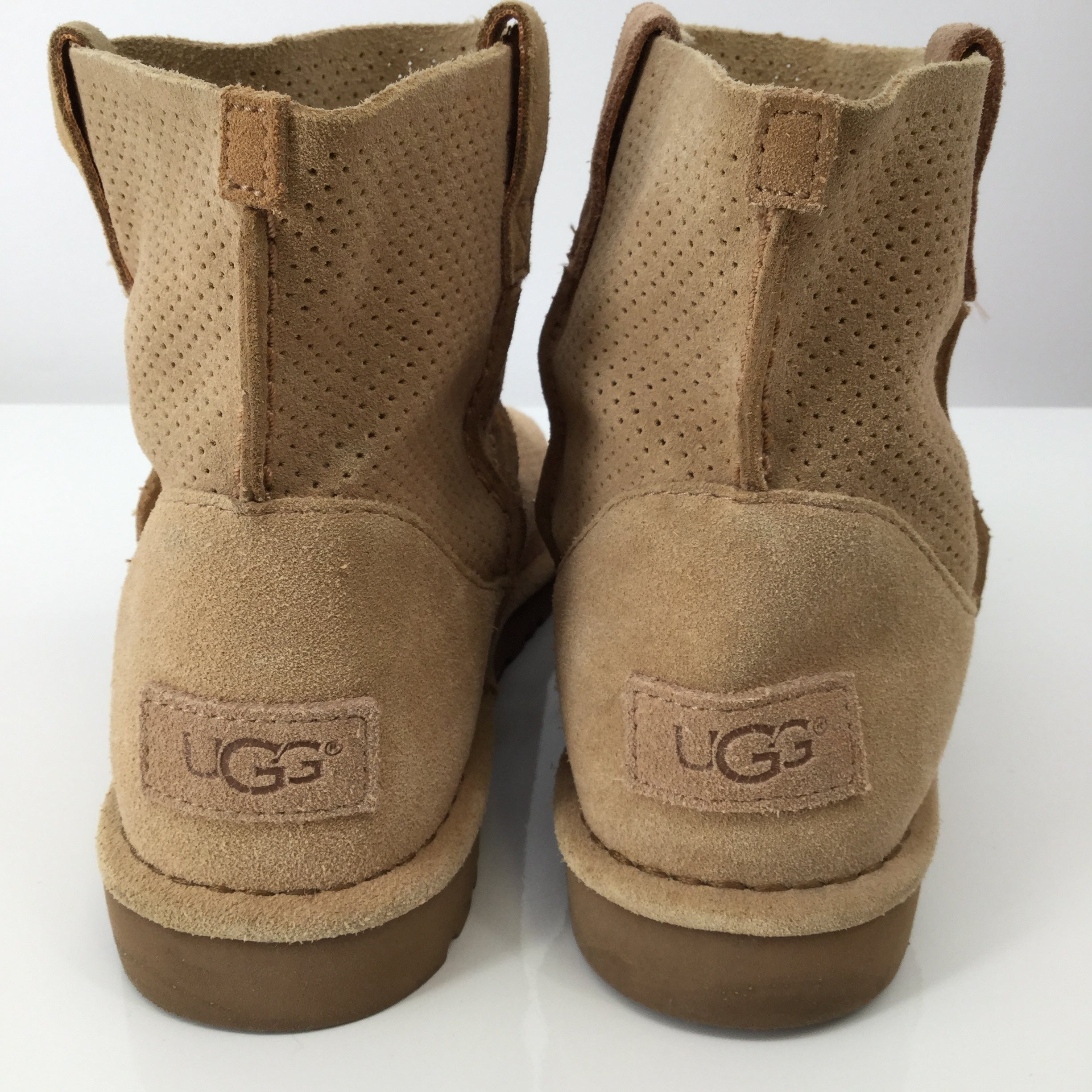 Tan Ugg Ankle Boots - CHECK OUT THESE SUPER CUTE TAN UGG ANKLE BOOTS! PERFECT FOR ALL SEASONS, IF YOU WILL. SOME MINOR CONDITION (PILLING) AND A SMALL STAIN ON THE OUTSIDE OF LEFT SHOE (SEE PHOTOS).