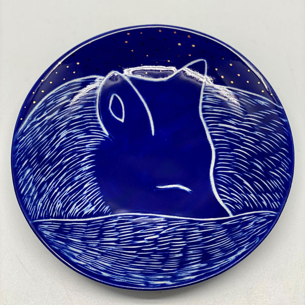 A small nightblue plate with a small fox