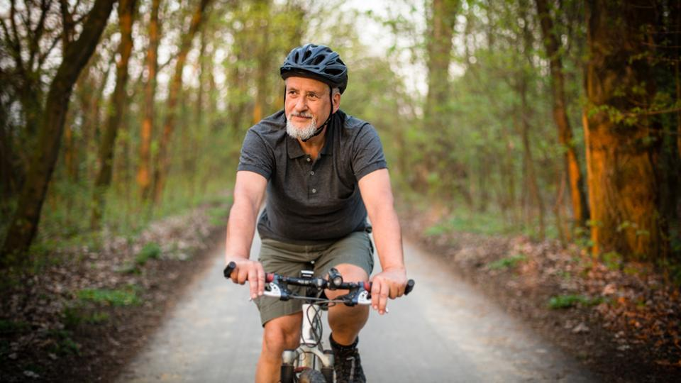 Here's how older men benefit more from regular exercise than women