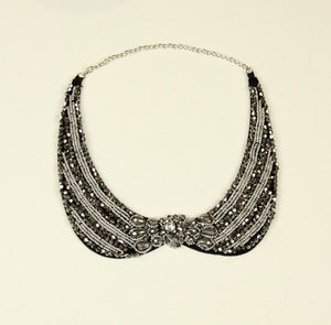 Collar with silver colored stones - € 15,9 / piece