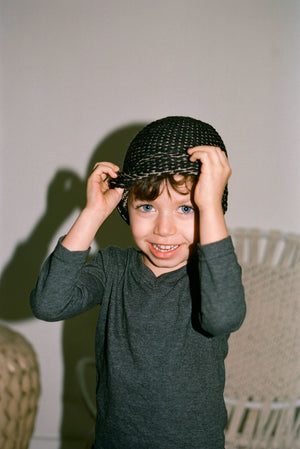 BABY SEED STITCH HAT BLACK/CAMEL