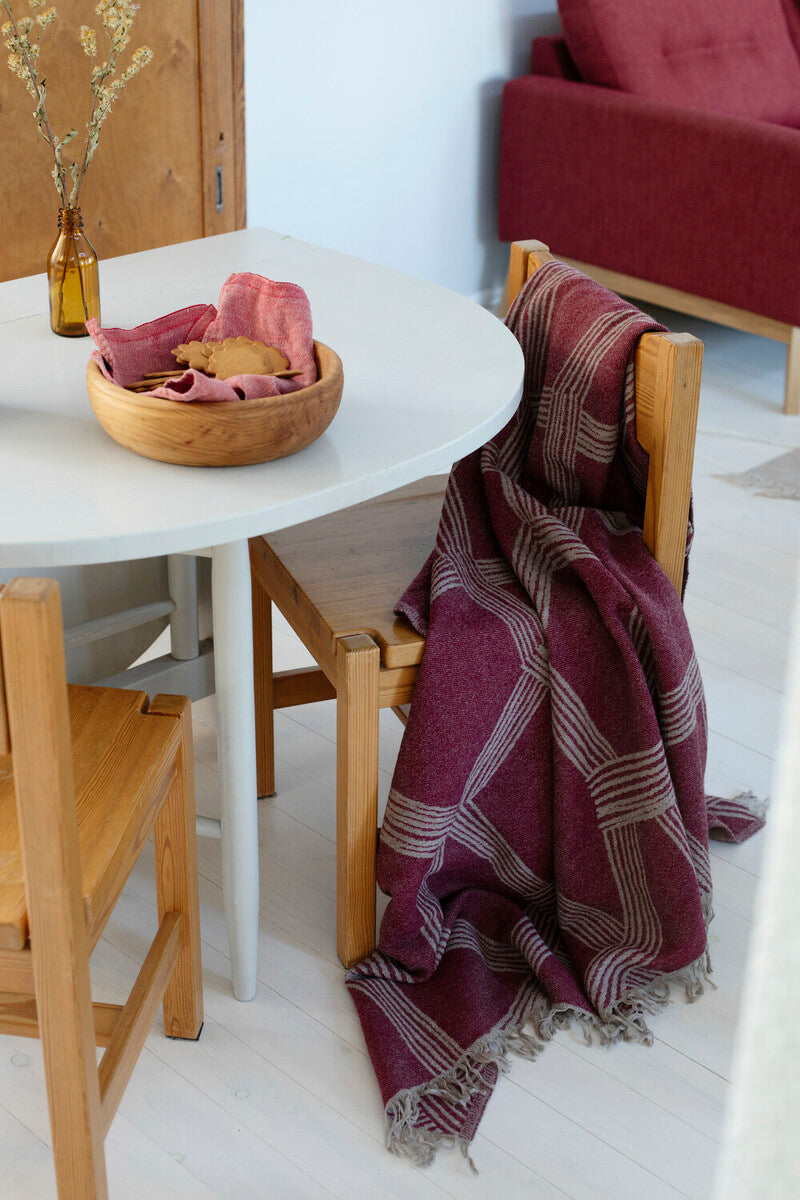 products/lapuan_kankurit_himmeli_wool_blanket_bordeaux_4.jpg