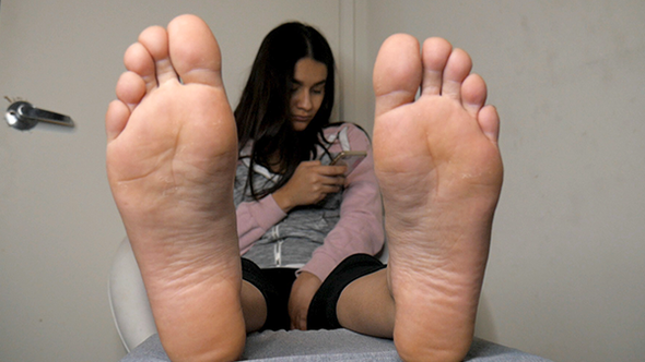Jazmin Removes Her Socks!