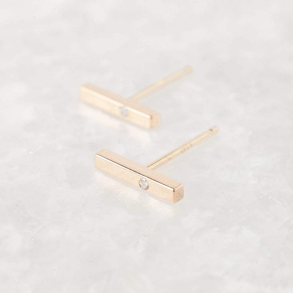thin bar stud with single diamond