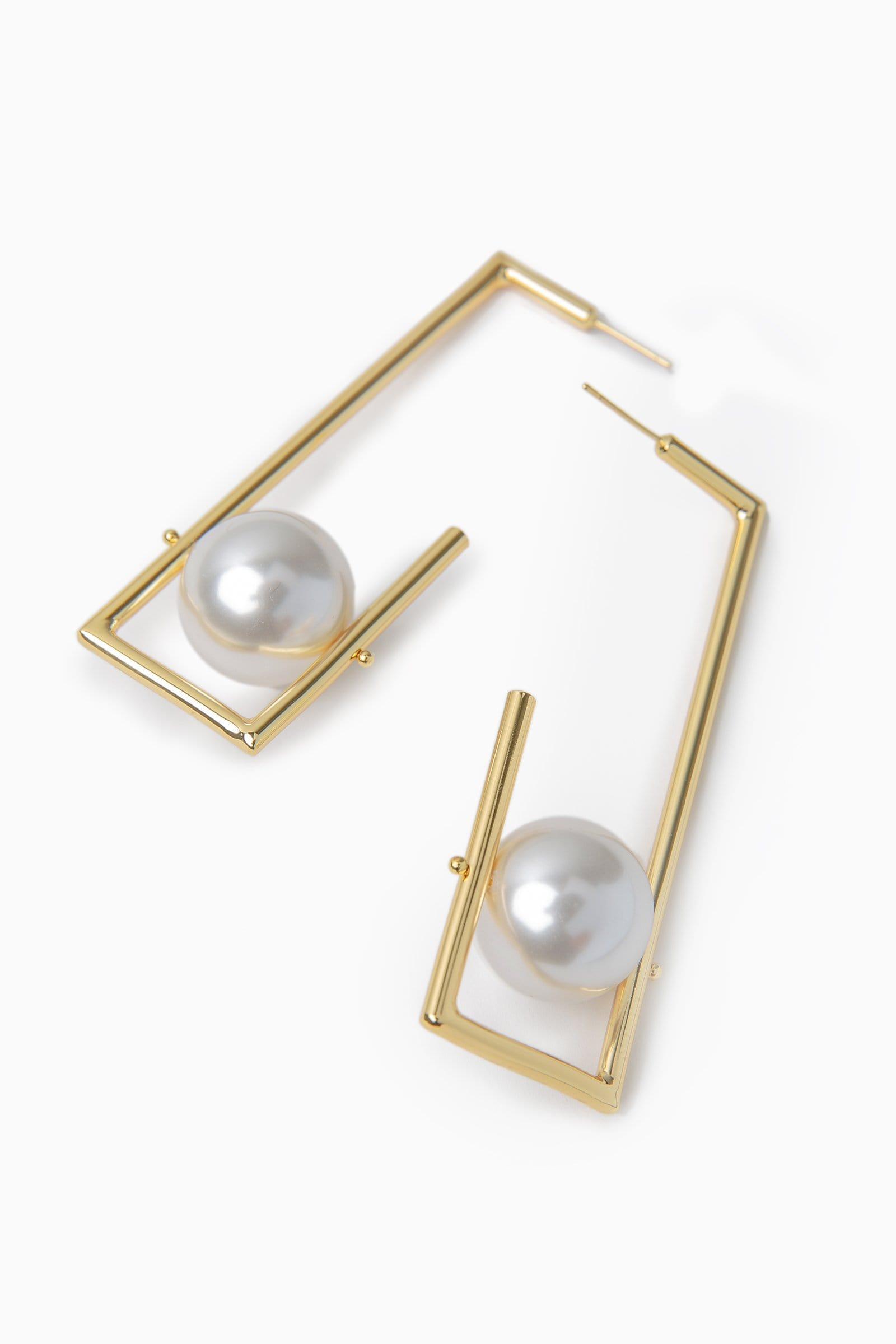 Gold colored rectangle earring with large faux pearl inside | J.ING women's accessories