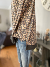 Load image into Gallery viewer, Entro Lightweight Leopard Top | Curvy