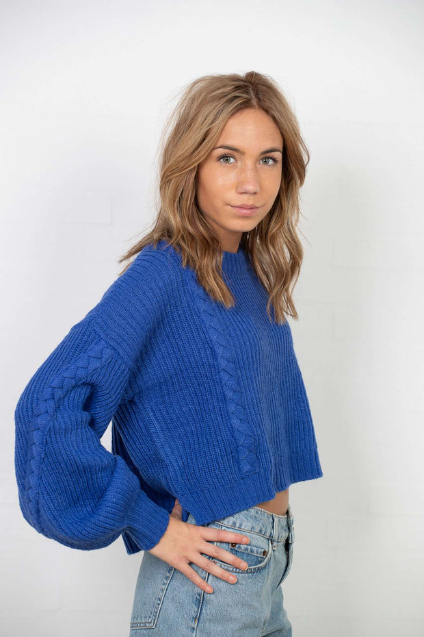 Short Cable Knitted Sweater i Stone Blue fra NA-KD - foran