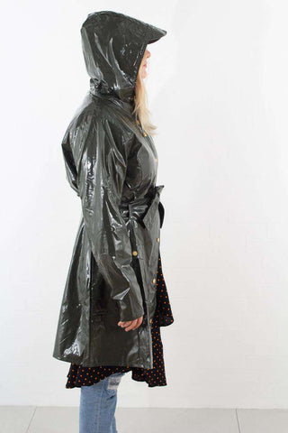 Grøn Glossy Curve Jacket fra Rains - outfit
