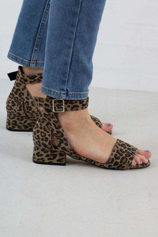 Yasmin Suede sandal i Leopard fra Shoe The Bear