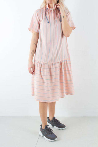Delphine Dress i Light Rose Stripe fra Wood Wood -