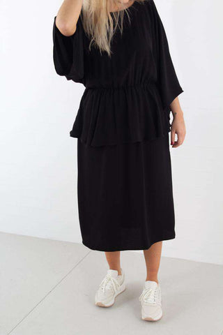 Deep Back Frill Midi Dress Black fra NA-KD