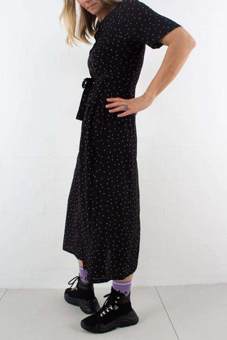 Harper Midi Dress - Black/Purple Dot fra Gestuz