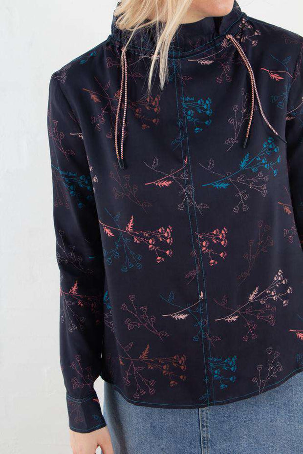 Harriet Top i Flowers Navy fra Wood Wood -