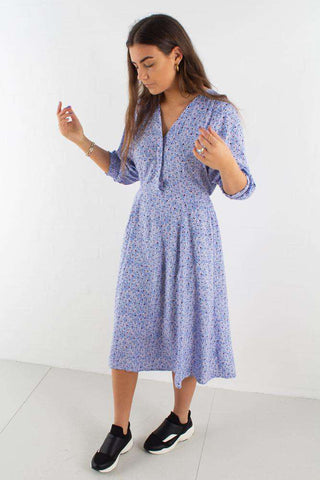 Suellen Dress i Pacific Coast fra Moves By Minimum