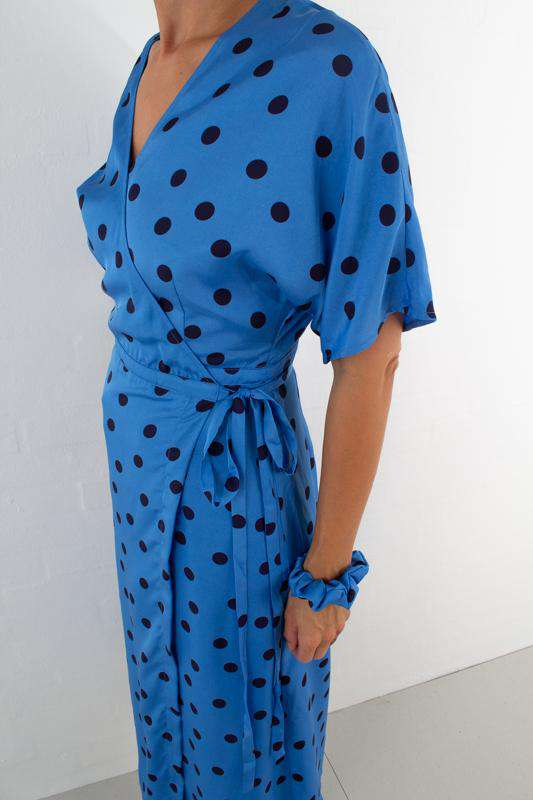 Elsie wrap dress - Blue/Navy dot fra Gestuz - talje