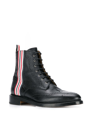 THOM BROWNE MEN CLASSIC WINGTIP BOOT WITH 4 BAR RWB EMBOSS AND LEATHER SOLE IN PEBBLE GRAIN
