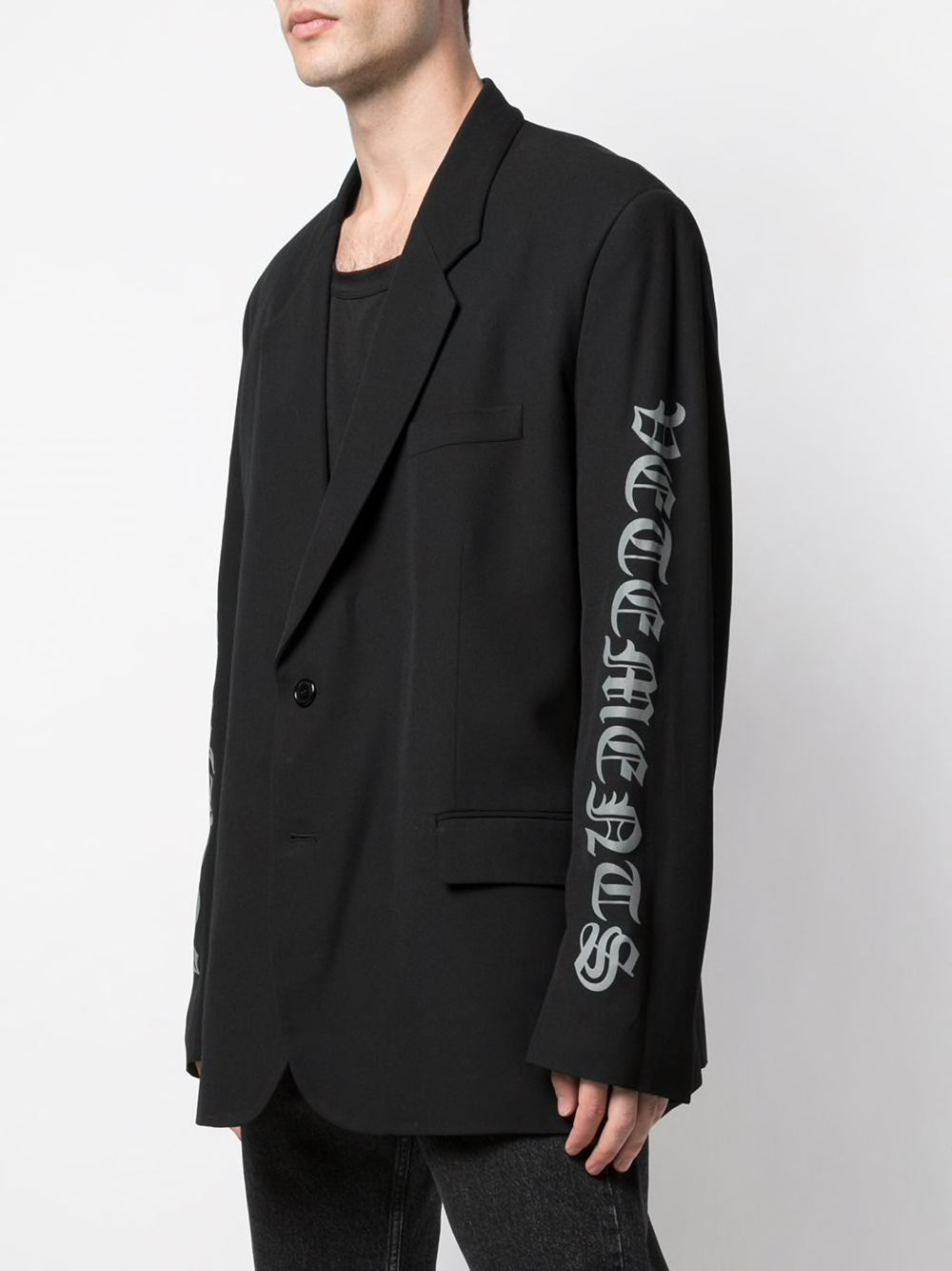 VETEMENTS MEN GOTHIC LOGO TAILORED JACKET
