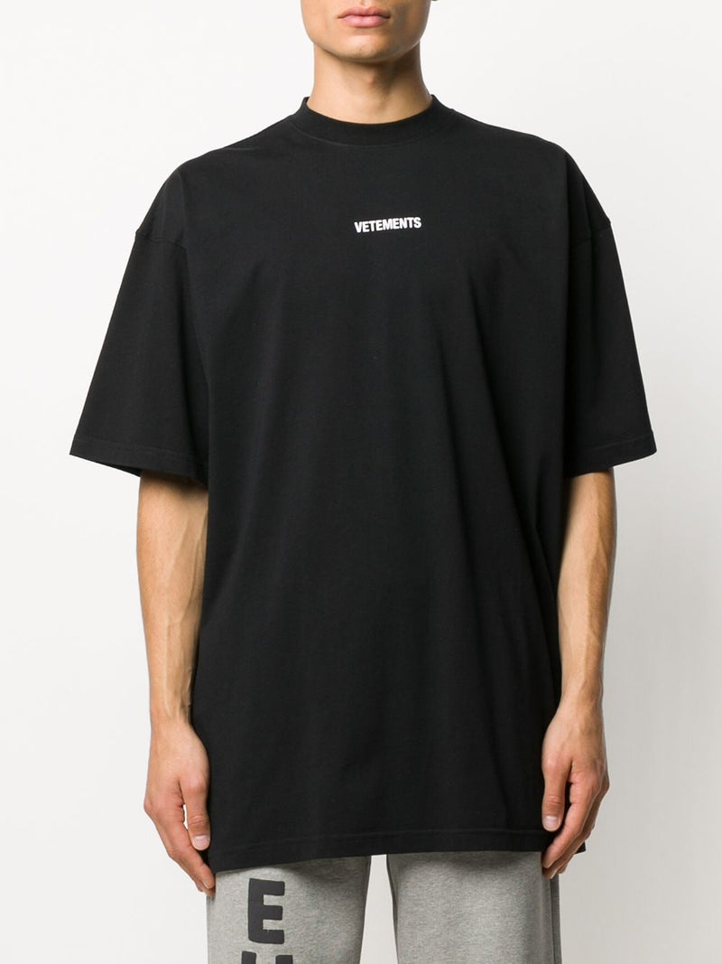 VETEMENTS UNISEX LOGO PATCH T-SHIRT