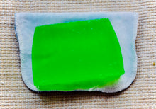 Load image into Gallery viewer, Green Guru Thyme and Mint Shampoo Bar