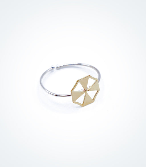 Yellow gold Summer Umbrella motif on white gold ring wire