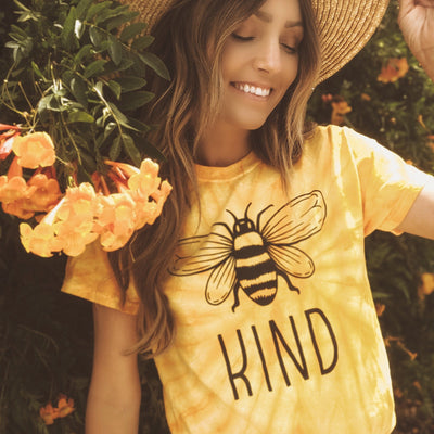 Classic Bee Kind Gold Tie Dye Tee 1000 SPIDER GOLD Lands S