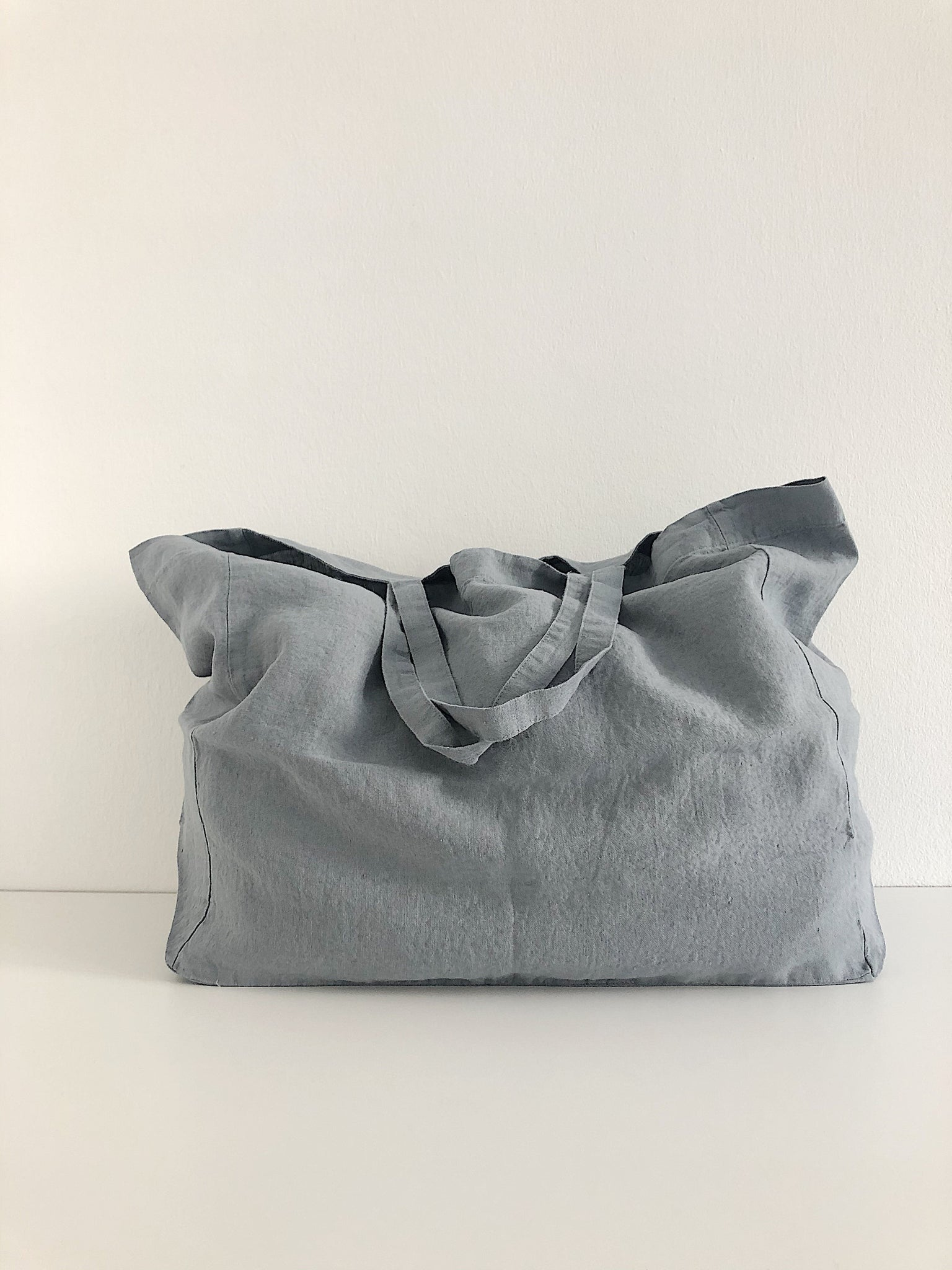 Linge Particulier Bag Large Blue Grey  Perfect for the weekend, beach or everyday  100% washed linen  Dimensions: 47 x 41 x 20 cm  Made in Europe Leinentasche Beutel blau grau perfekt für den Strand