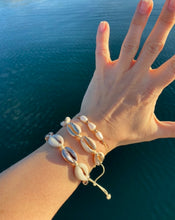 Last bilde inn i Gallery viewer, ZUZANNA G Vacay shell bracelet Gull