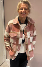 Last bilde inn i Gallery viewer, DRYS Sine check jacket Rosa