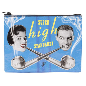Blue Q Grande Pochette Super High Standards sur fond blanc