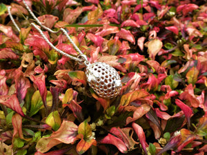 honeyedbee-delicate-pendant-cicelycliff-ethical-sustainable-organic-luxury-limitededition-closeup-garden-nature