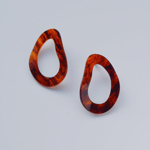 THE REGAL RESIN HOOP EARRINGS (2 colors)