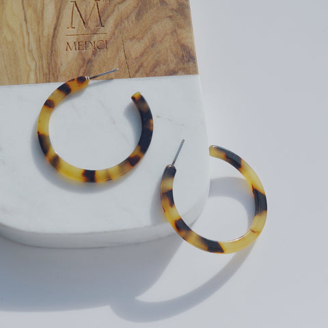 THE SMALL TORTOISE SHELL RESIN HOOPS