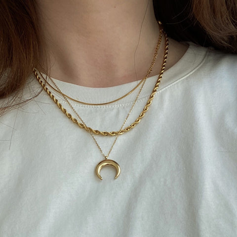 THE CRESCENT MOON CHARM NECKLACE