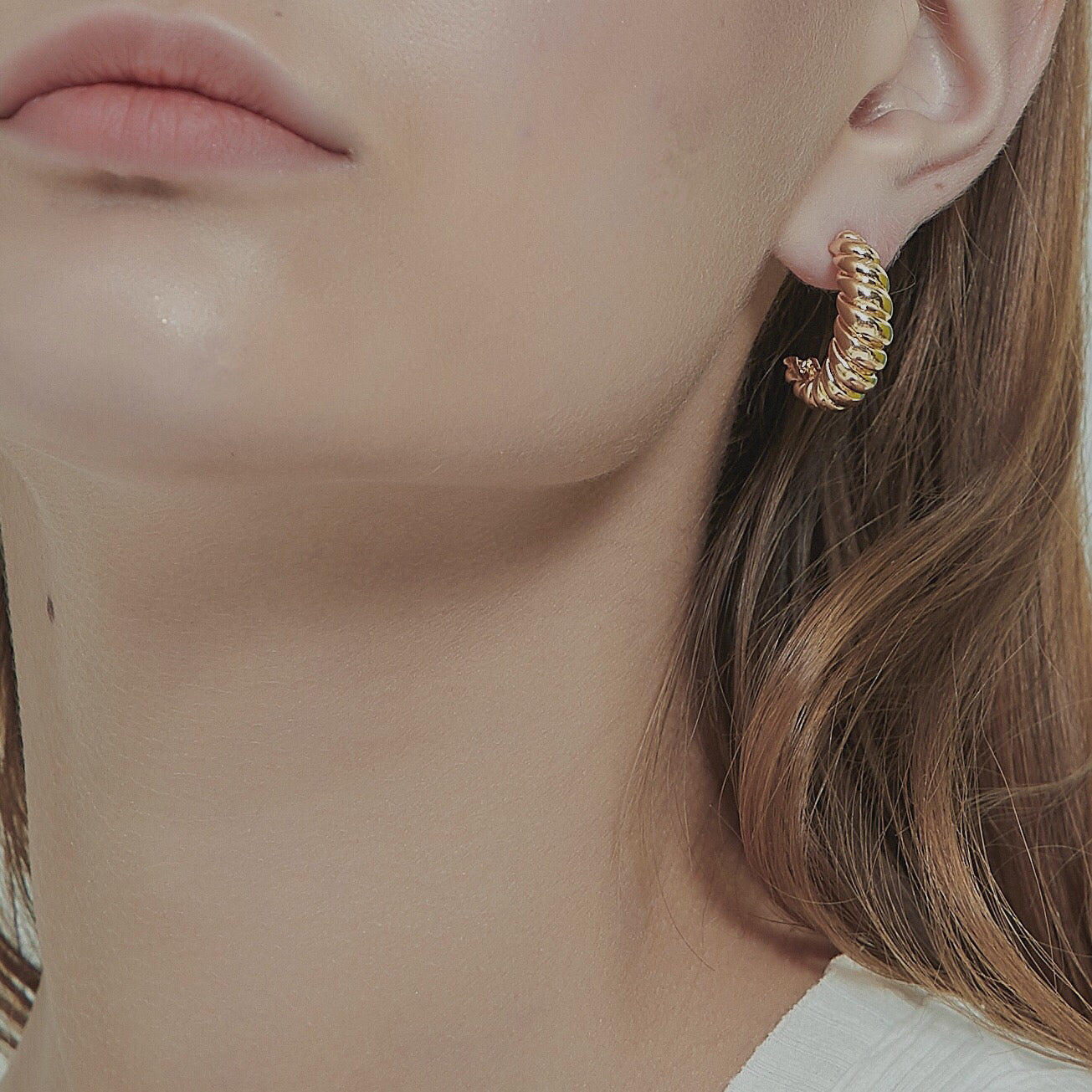 THE GOLD CROISSANT HOOP EARRINGS