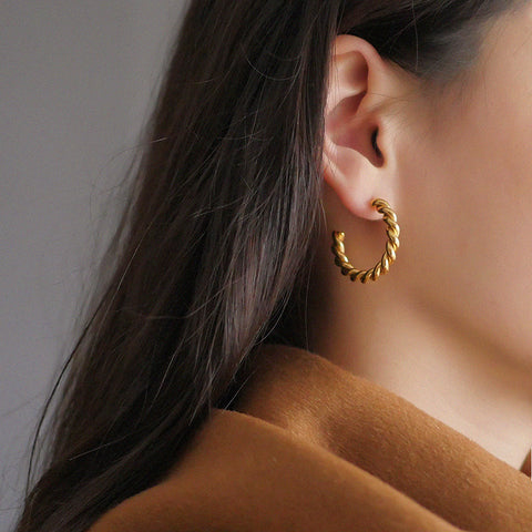 THE GOLD TWIST HOOP EARRINGS