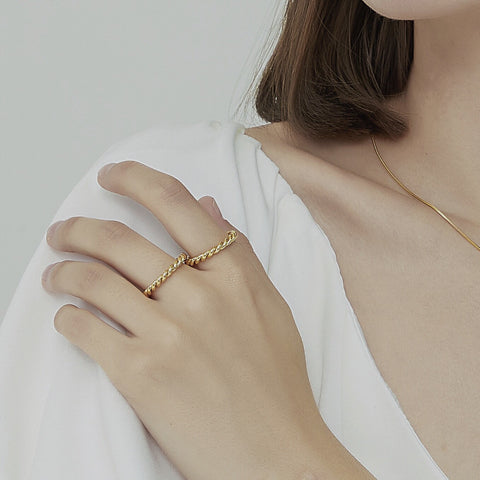 THE SIMPLE TWIST BAND RING