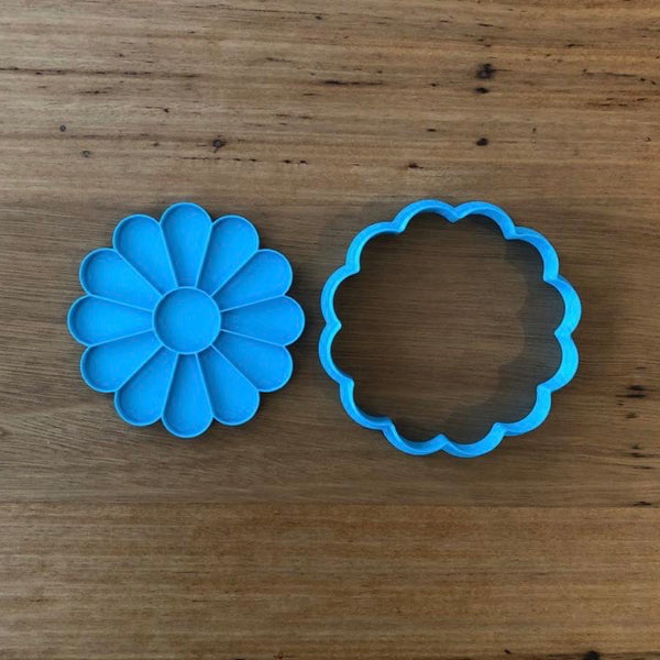 Daisy Cookie Cutter and optional Fondant Stamp measures 80mm across  You have the option of choosing just the outline cutter, or adding the stamp for the internal details of the flower.
