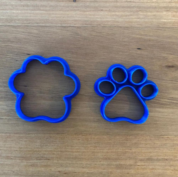 "Dog Lion Animal Paw Cookie Cutter Set measures approx. 60mm tall by 56mm wide.  This comes as a 2 piece cutter set:  1) Outline cutter for the Paw outline,  2) Single cutter to cut out 5 individual pads in a single press,  Excellent robust Quality with a neat cutting edge. We target next day delivery. Custom designs are possible if you want a different size, or design. Just send an enquiry, or see our custom cookie cutter item, found under the ""Custom Items"" menu."