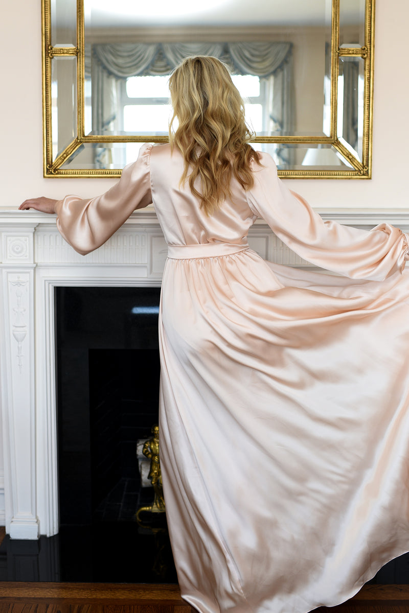 Old Hollywood vintage style dressing gown in peach silk satin with floor-length robe