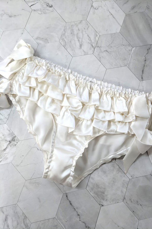 Retro style ruffled knickers in white 100% silk satin with bows